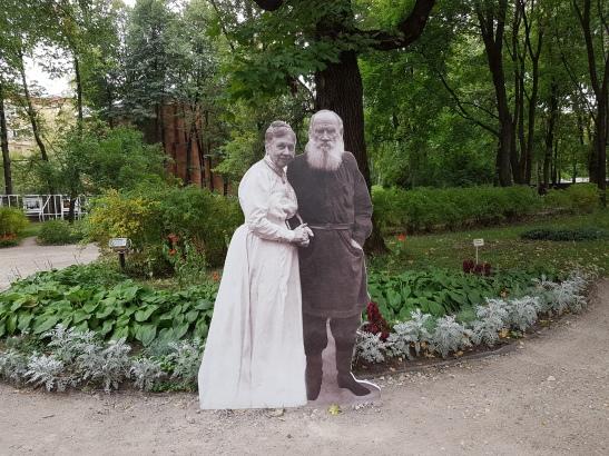 Lew und seine Frau begrüßen die Gäste.