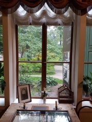 Blick aus einem Zimmer in den Garten.