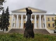 Ein Dostojewski-Denkmal neben der ehemaligen Wohnung. Im Hintergrund: Eines der ältesten Krankenhäuser Moskaus. Genau in diesem arbeitete der Vater des Literaten.