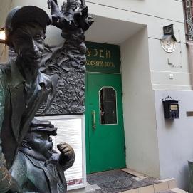 Eingang zum Museum, in dem der Eintritt kostenlos ist. Im Vordergrund stehen zwei Skulpturen. Sie sollen die Gehilfen Volands, Korowjew und Behemoth, darstellen.